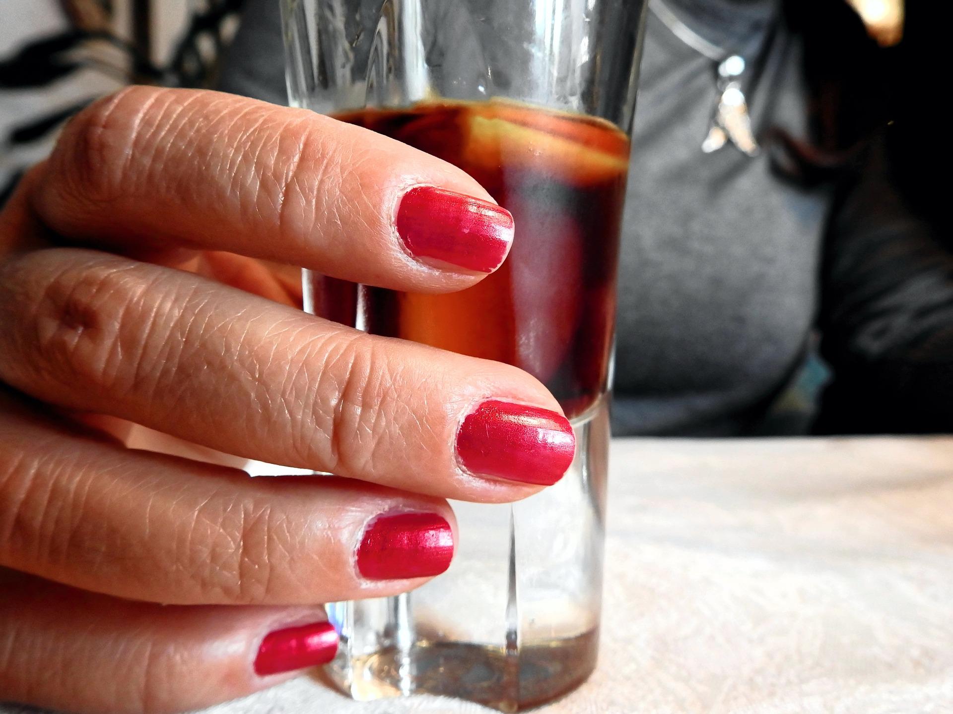 Przecież to nic takiego - kobiecy alkoholizm.